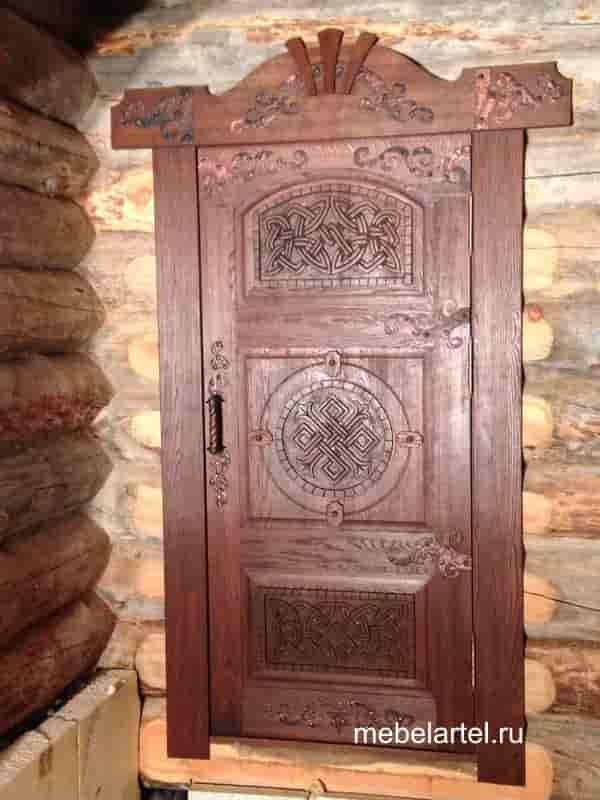 Дубовая дверь с элементами ручной резьбы