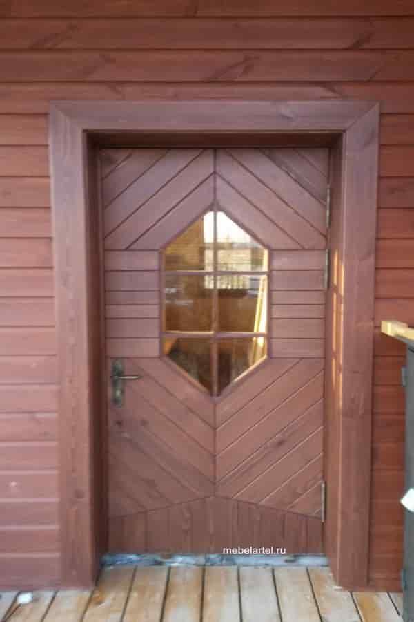 Деревянная дверь из массива лиственницы