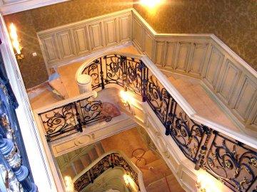 Деревянная лестница с перилами