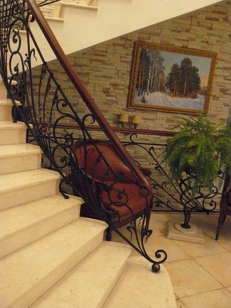Лестница с каменными ступенями