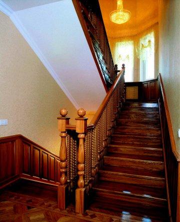 Лестница с деревянными перилами