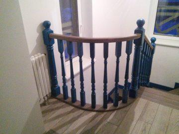 Деревянная лестница с крашенными перилами