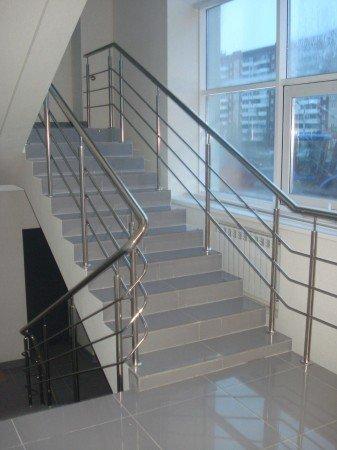 Лестница в коммерческом помещении