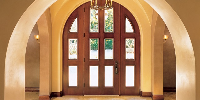 арочная дверь из массива